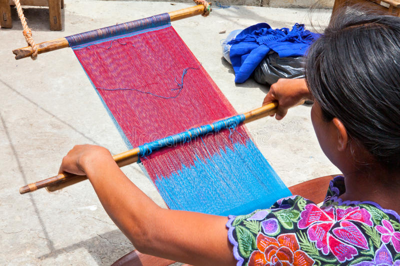San Lorenzo Zinacantà ¡ n, mexicansk kvinna som väver i en traditonal w arkivfoto