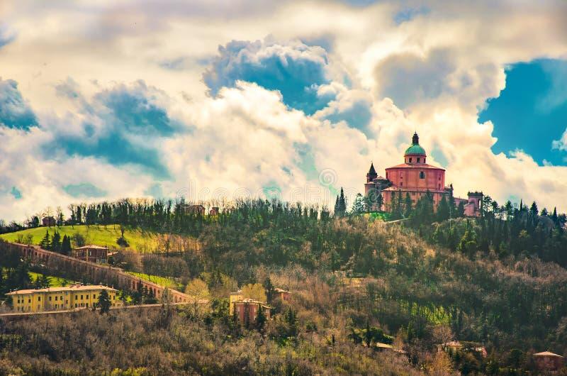 San Luca Basilika in den Bolognahügeln mit dem langen Portaltorbogen - Italien stockfoto