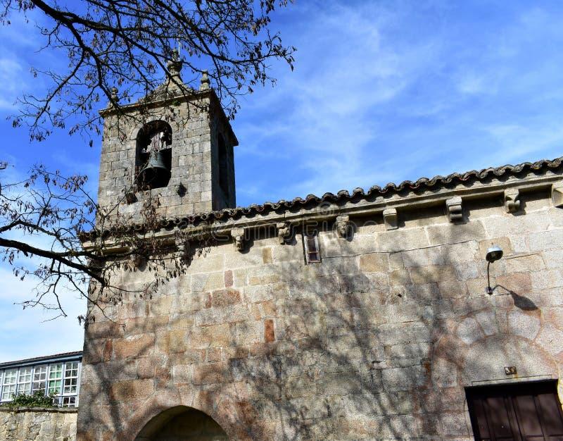 San médiéval roman Esteban Church Tour de Bell et arbre, vue de côté Allariz, Orense, Espagne images stock