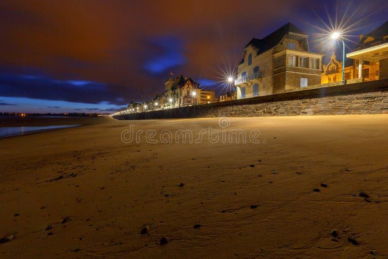 San Malo L'argine della città alla notte immagine stock libera da diritti