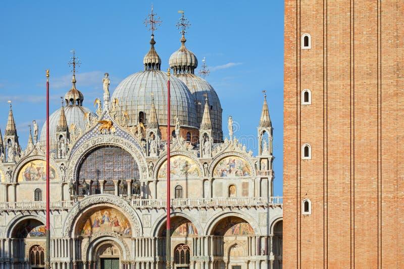 San Marco bazyliki fasadowych i czerwonych cegieł dzwonkowy wierza szczegół w Wenecja, Włochy zdjęcie royalty free