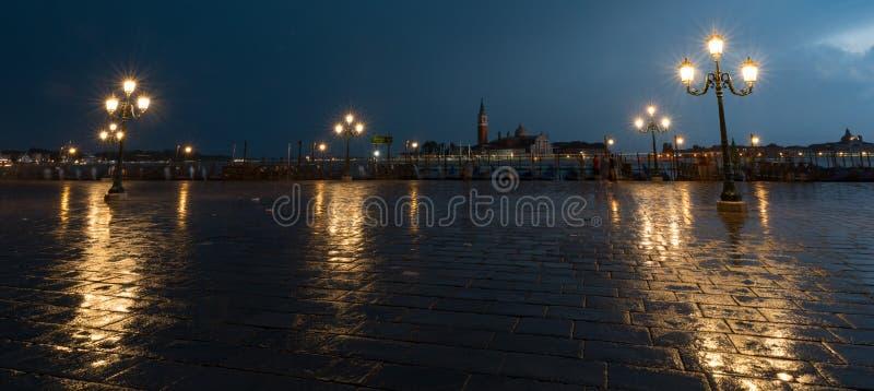 San Marco fyrkant med basilikan för campanile- och St Mark ` s Den huvudsakliga fyrkanten av den gamla staden royaltyfria foton