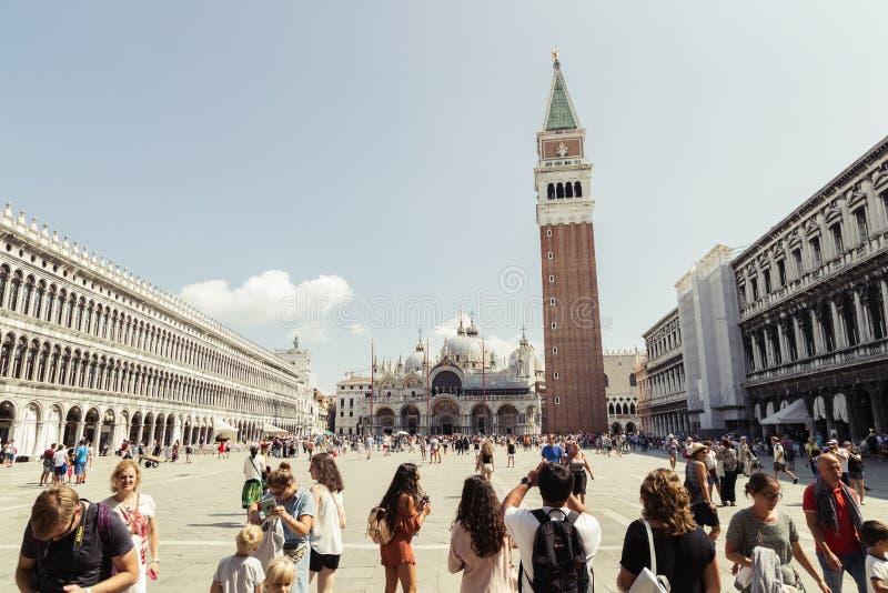San Marco fyrkant med turisten i Venedig, Italien royaltyfri bild