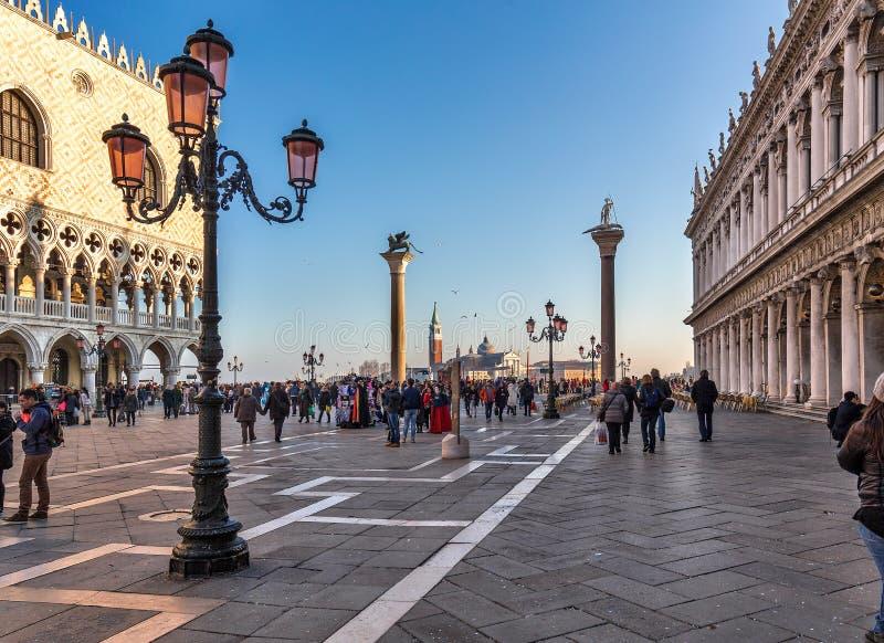 San Marco Square bij zonsondergang tijdens Carnaval stock foto