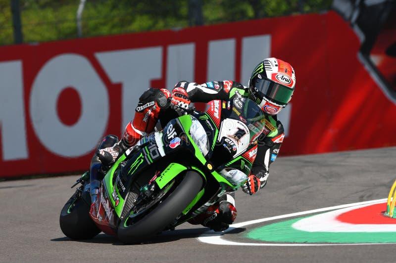 San Marino Italien - Maj 12: Jonathan Rea av Storbritannien Kawasaki Racing Team ritter under qualifyng royaltyfria foton