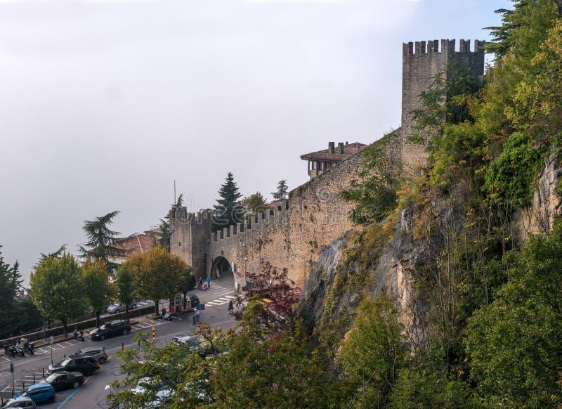 San Marino Italien - Oktober 15, 2016: Wollen av den Guaita fästningen är det äldsta och mest berömda tornet på San Marino royaltyfri foto