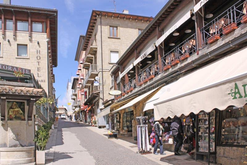 San Marino Mening van stadsstraten winkels stock afbeeldingen