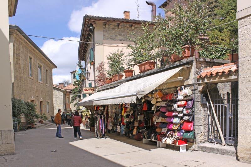 San Marino Mening van stadsstraten winkels stock fotografie