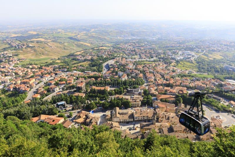 San Marino, Republiek San Marino, 1 juli 2019: City Cable Car die verbinding maakt met de fort rock in San Marino royalty-vrije stock foto