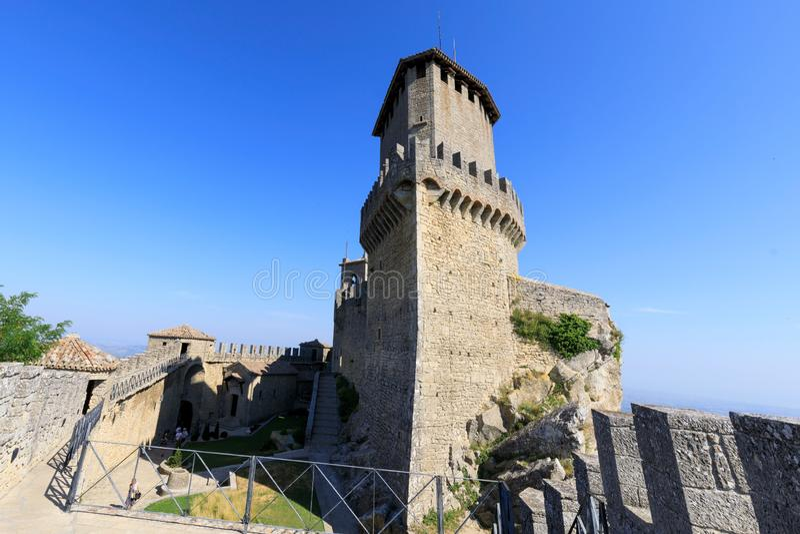 San Marino, Republiek San Marino, 1 juli 2019: Guaita Castle in San Marino Buitenkant van het kasteel van Rocca della Guaita stock foto's