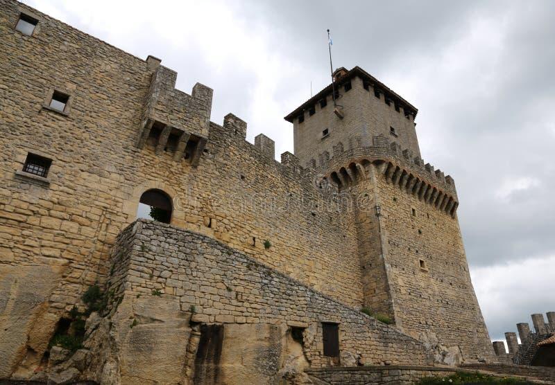 San Marino Republiken San Marino - Juni 4, 2016: Slotten kallade Rocca Guaita i centrala Italien royaltyfria bilder
