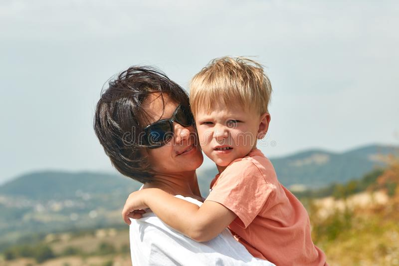 San Marino, São Marino - 10 de agosto de 2017: Mãe feliz com seu filho sobre um monte em São Marino fotos de stock