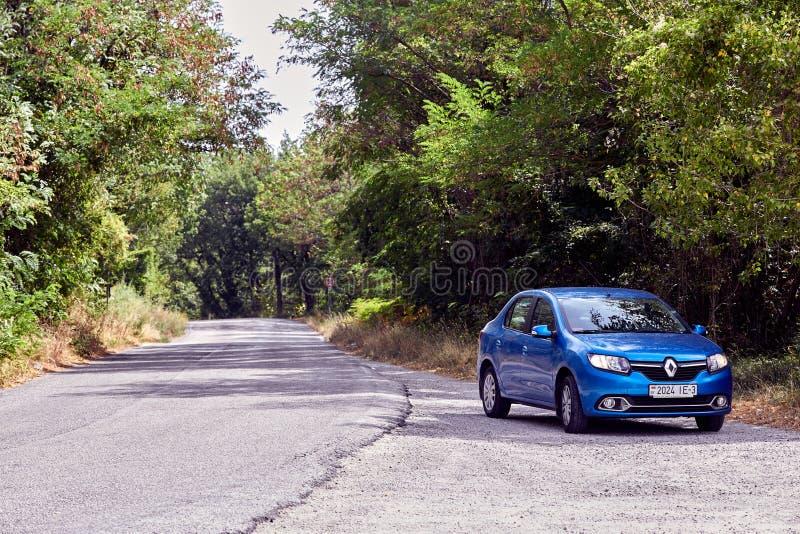 San Marino, São Marino - 10 de julho de 2017: Estrada estacionada pelo carro azul RENO Logan foto de stock