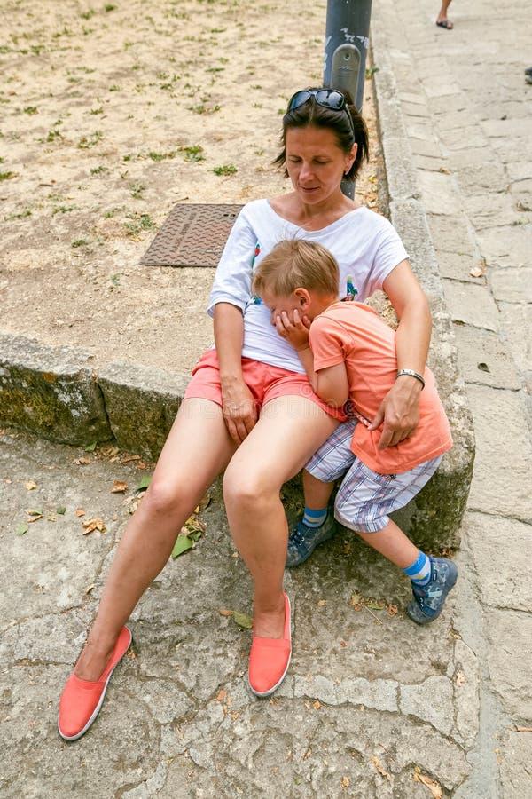 San Marino, São Marino - 10 de julho de 2017: Turistas cansados no pé do castelo fotos de stock royalty free