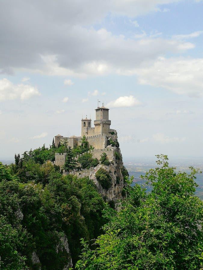 San Marino u. x27; Turm s erstes lizenzfreie stockfotografie
