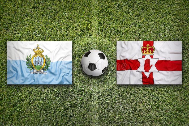 San Marino versus De vlaggen van Noord-Ierland op voetbalgebied stock afbeeldingen