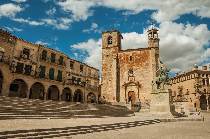 San Martin Church en oude gebouwen in de Pleinburgemeester van Trujillo stock foto
