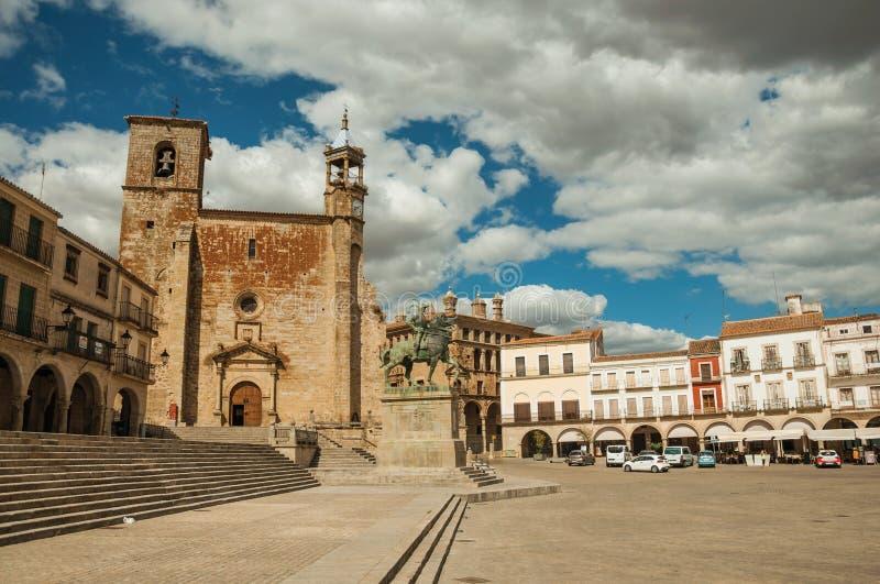 San Martin Church en oude gebouwen in de Pleinburgemeester van Trujillo stock fotografie