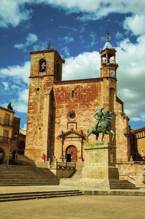 San Martin Church en Pizarro-standbeeld bij de Pleinburgemeester van Trujillo royalty-vrije stock afbeeldingen