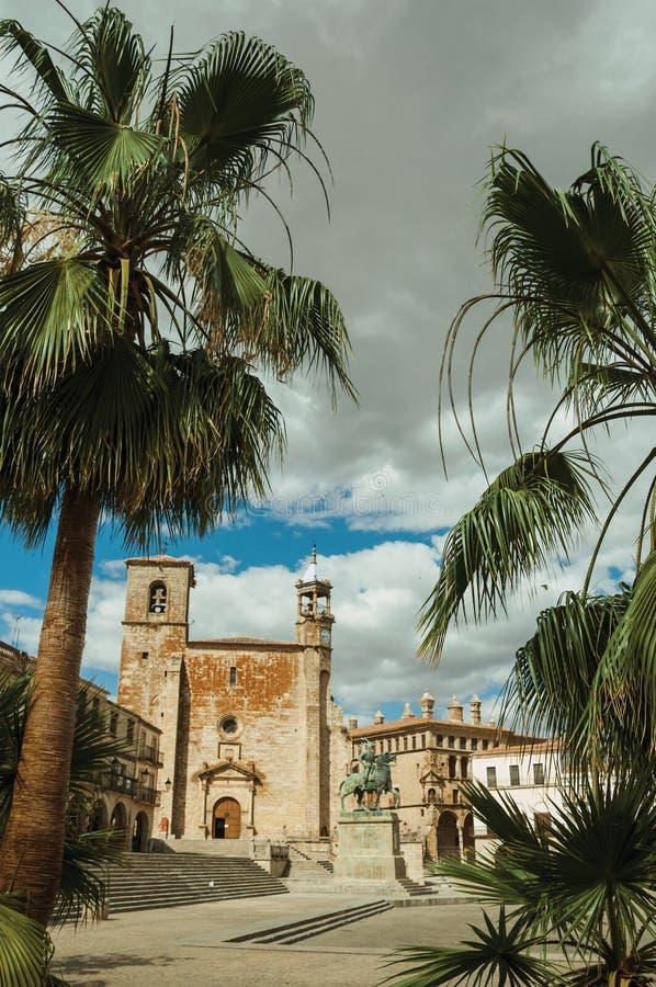 San Martin Church met Pizarro-standbeeld en palmen in Trujillo royalty-vrije stock afbeelding