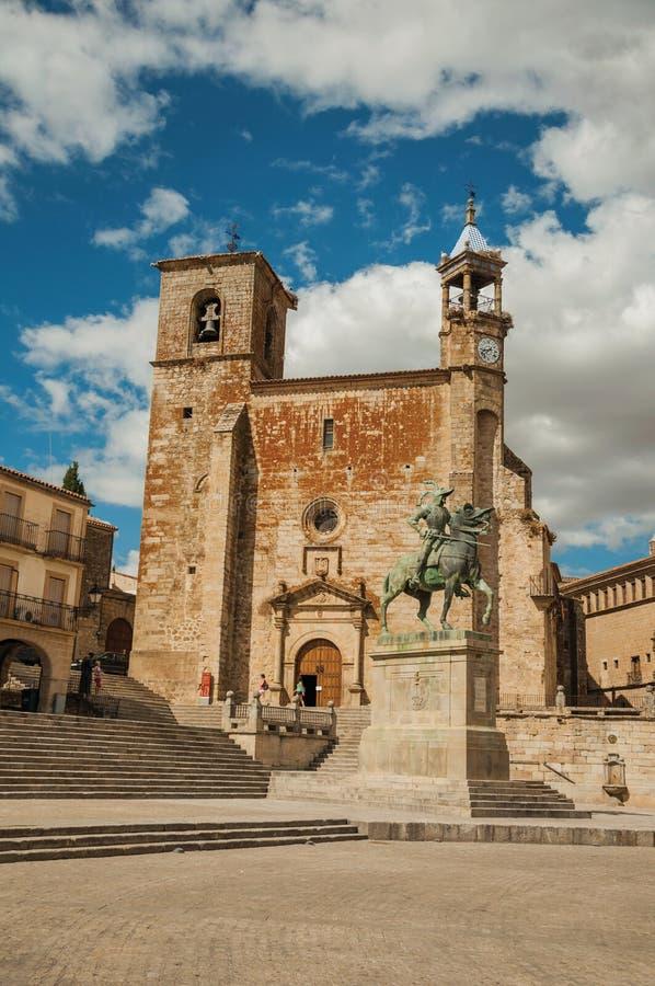 San Martin Church och Pizarro staty på Plazaborgmästaren av Trujillo royaltyfri fotografi
