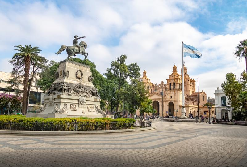 San Martin Square en de Kathedraal van Cordoba - Cordoba, Argentinië stock fotografie
