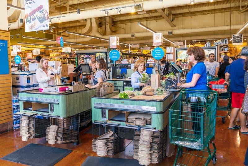 10.08.2019 San Mateo / CA / USA - Whole Foods Store Cash Check out Spuren, South San Francisco Bay Area lizenzfreies stockfoto