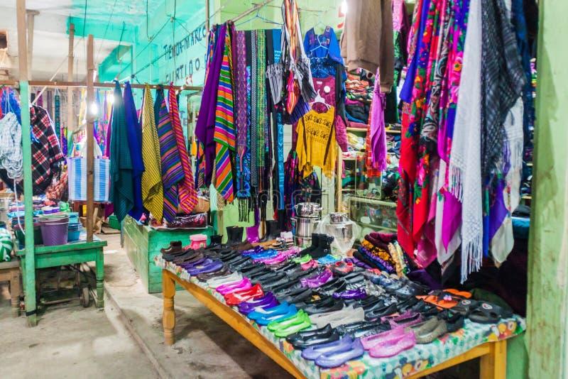 SAN MATEO IXTATAN, GUATEMALA, IL 19 MARZO 2016: I vestiti si bloccano su un mercato del villag di San Mateo Ixtatan fotografia stock libera da diritti