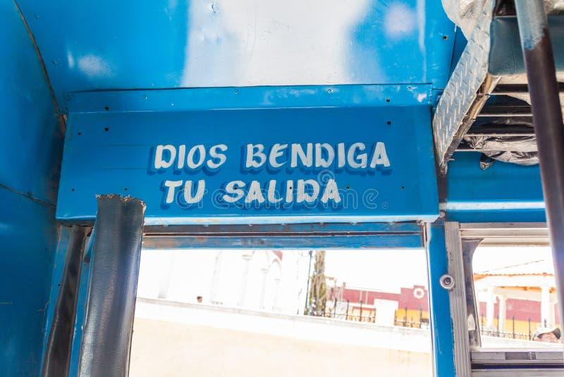 SAN MATEO IXTATAN, GUATEMALA, IL 19 MARZO 2016: Porta di un bus locale nel Guatemala Il testo dice: Dio benedice vostro ottenere  immagine stock libera da diritti