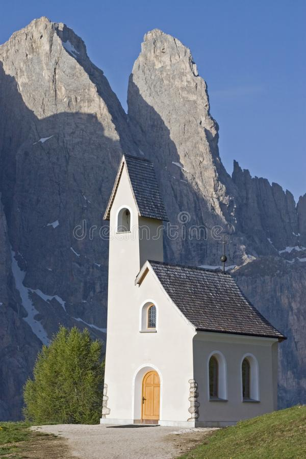San Maurizio kapell på det Gardena passerandet arkivbild