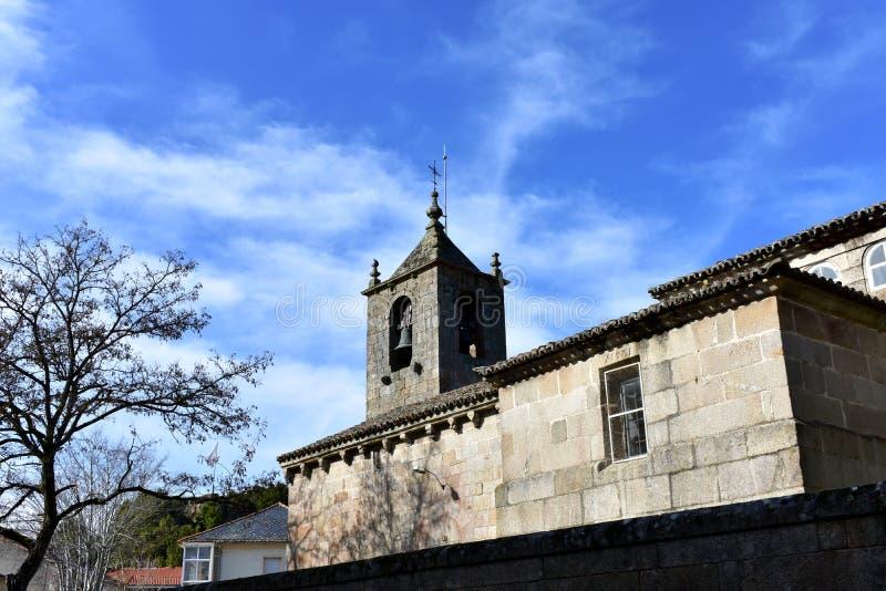 San medieval românico Esteban Church Torre de Bell e árvore, vista lateral Allariz, Orense, Espanha imagem de stock