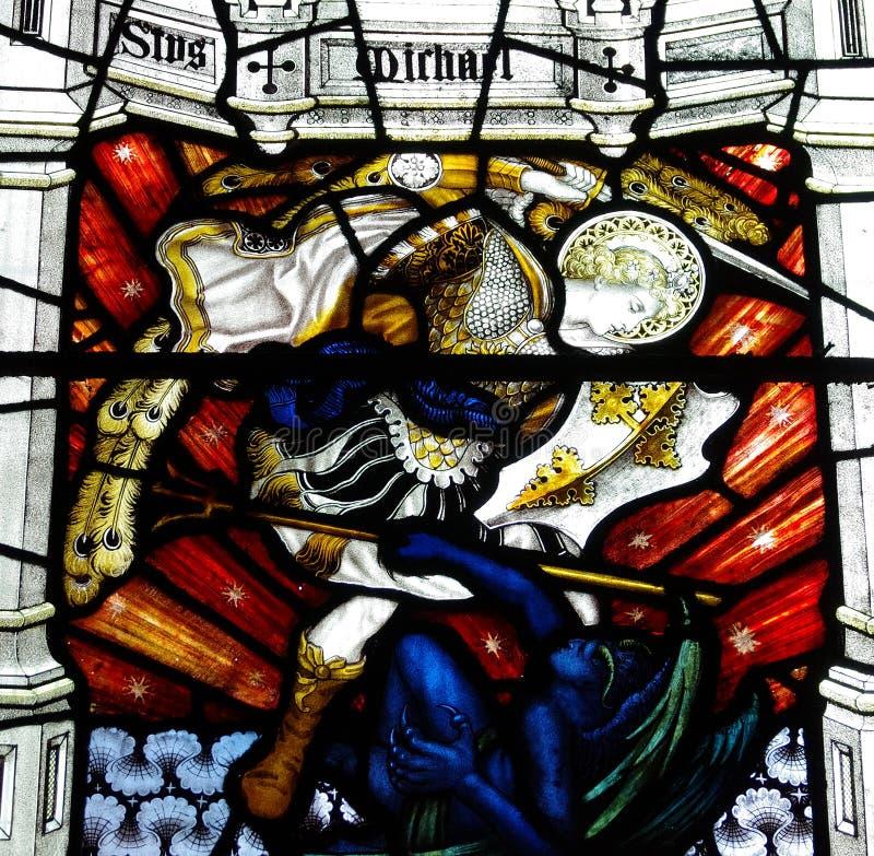 San Miguel conquista el diablo y el x28; glass& manchado x29; imagenes de archivo