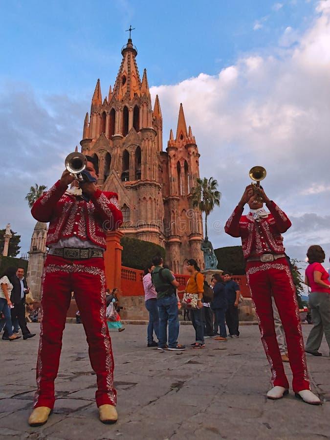 San Miguel de Allende, Guanajuato/Mexiko - 14. September 2015: Mariachis, die in der Straße außerhalb des La Parroquia de San dur lizenzfreie stockfotos