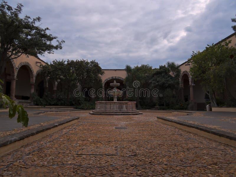 San Miguel de Allende, Guanajuato/Mexique - 17 septembre 2015 : Patio et fontaine centraux principaux en Instituto Allende photos libres de droits