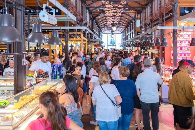 San Miguel Market in Plaza DE San Miguel in centrum van Los Asturias Madrid hoogtepunt met plaatselijke bevolkingtoeristen die wo stock foto