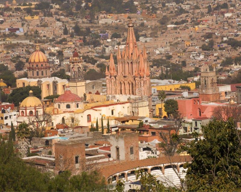 San Miguel pasa por alto la iglesia del arcángel de Parroquia imagen de archivo