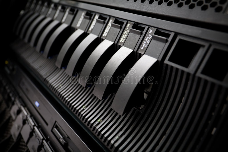 San mit Festplattenlaufwerken in der Serverzahnstange stockfotografie