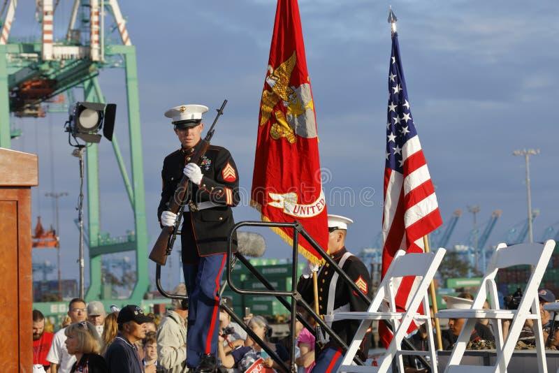 SAN PEDRO, ΑΣΒΈΣΤΙΟ - 15 ΣΕΠΤΕΜΒΡΊΟΥ 2015: Αμερικανικά ναυτικά και φρουρά τιμής στη δημοκρατική προεδρική συνάθροιση του Ντόναλντ στοκ εικόνες