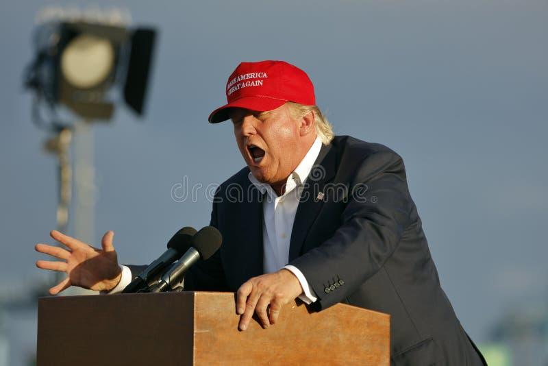 SAN PEDRO, CA - 15-ОЕ СЕНТЯБРЯ 2015: Дональд Трамп, кандидат в президенты 2016 республиканцев, говорит во время ралли на борту ср стоковая фотография