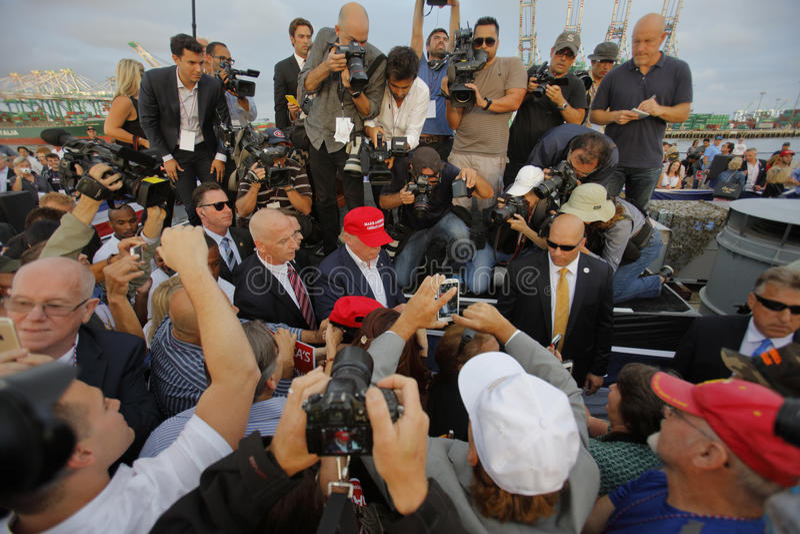 SAN PEDRO, CA - 15 DE SEPTIEMBRE DE 2015: Donald Trump, candidato presidencial republicano 2016, firma autógrafos en la reunión a imagen de archivo