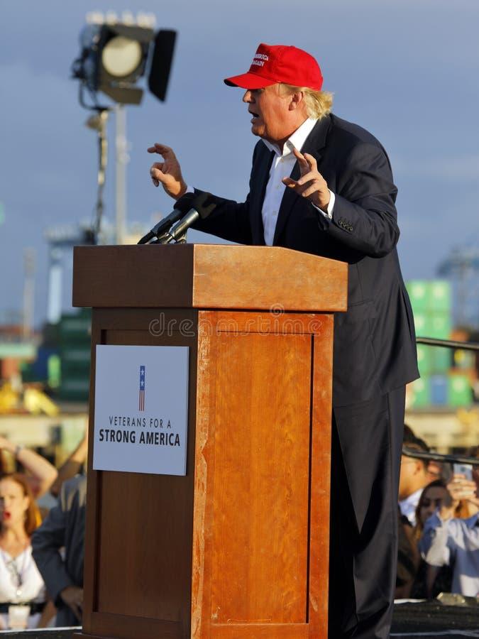 SAN PEDRO, CA - 15 DE SEPTIEMBRE DE 2015: Donald Trump, candidato presidencial republicano 2016, habla durante una reunión a bord fotos de archivo