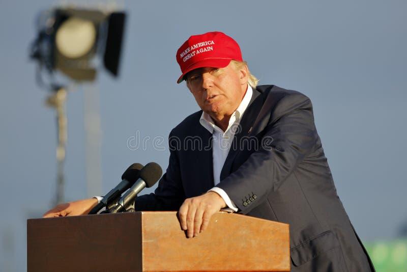SAN PEDRO CA - SEPTEMBER 15, 2015: Donald Trump 2016 republikanska presidentkandidat, talar under en samla ombord striderna royaltyfri bild