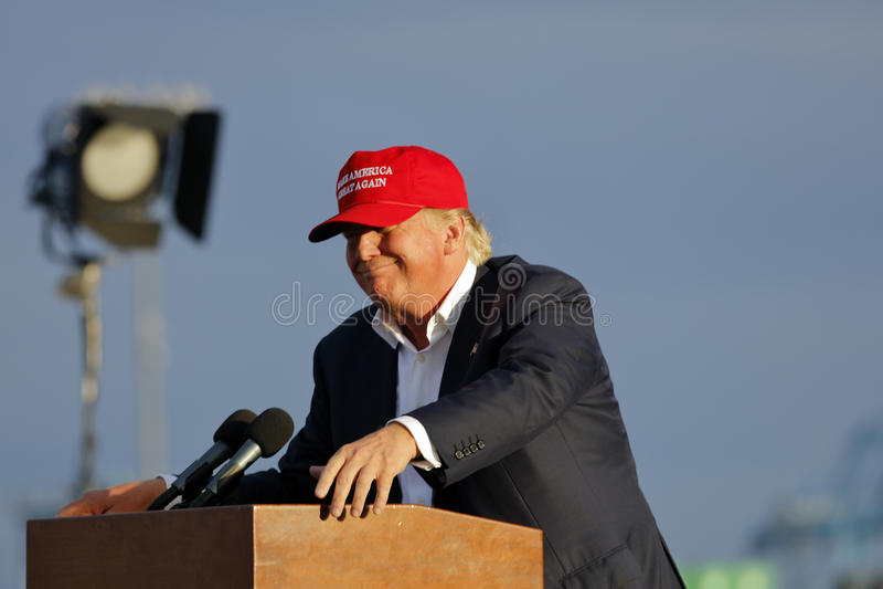SAN PEDRO CA - SEPTEMBER 15, 2015: Donald Trump 2016 republikanska presidentkandidat, talar under en samla ombord striderna arkivfoto