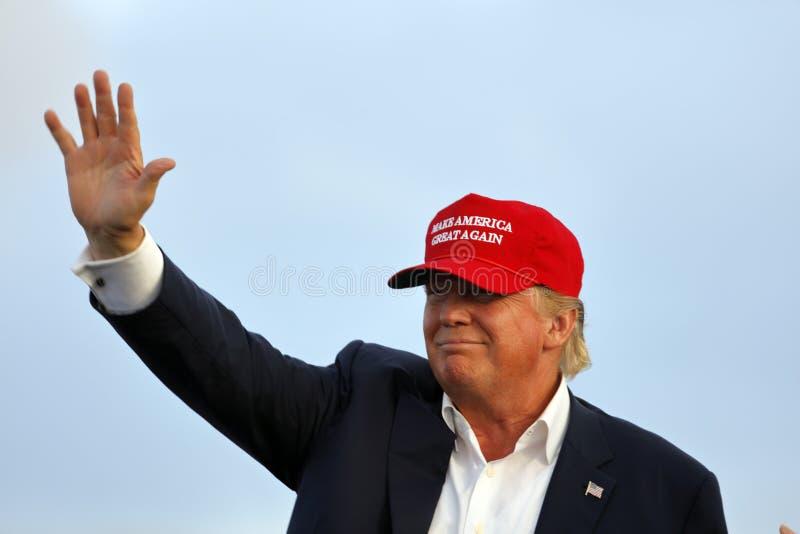 SAN PEDRO CA - SEPTEMBER 15, 2015: Donald Trump 2016 republikanska presidentkandidat, vinkar under en samla ombord Battleshen royaltyfria bilder