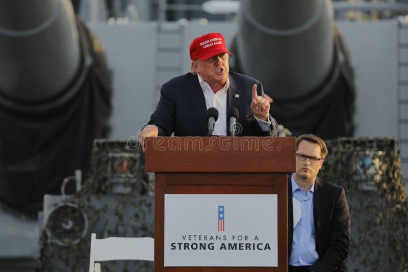 SAN PEDRO, CA - 15 SEPTEMBRE 2015 : Donald Trump, le candidat républicain à la présidentielle 2016, parle pendant un rassemblemen photos stock