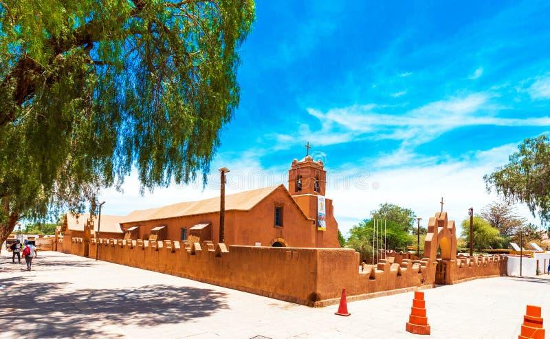 SAN PEDRO DE ATACAMA, CHILE - 18 DE ENERO DE 2018: Vista de la iglesia católica Copie el espacio para el texto imágenes de archivo libres de regalías