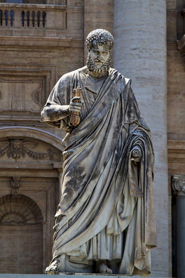San Pedro que lleva a cabo las llaves del reino del cielo - Ciudad del Vaticano, Roma, Italia imagen de archivo