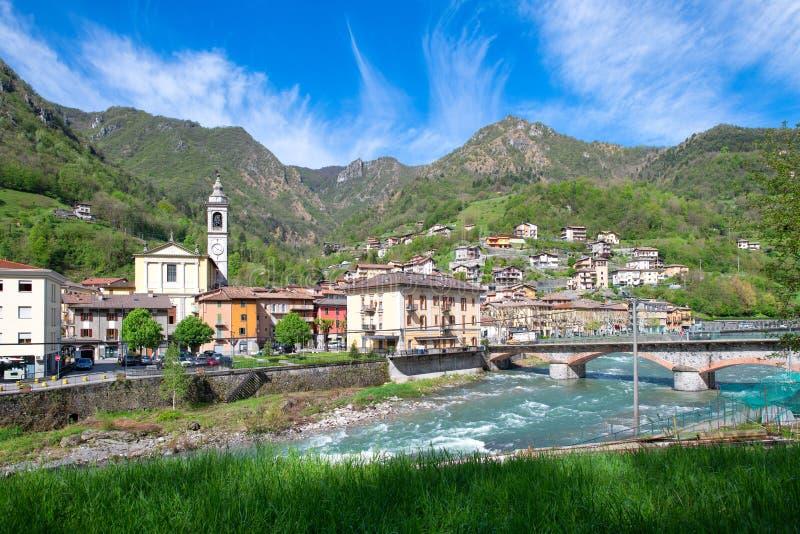 San Pellegrino Terme village dans la vallée de brembana Bergame l'Italie Région d'église paroissiale image stock