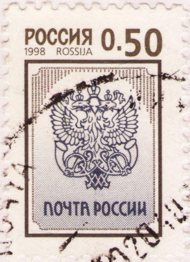 San Petersburgo, Rusia - 25 de enero de 2020: Sello emitido en la Federación Rusa con la imagen del emblema de correos ruso, foto de archivo