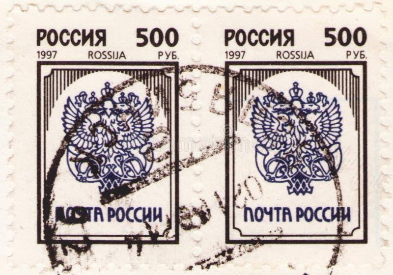 San Petersburgo, Rusia - 25 de enero de 2020: Sellos expedidos en la Federación Rusa con la imagen del emblema de correos ruso, foto de archivo